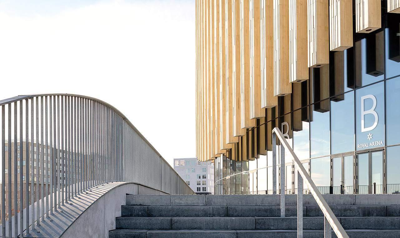 Численні дерев'ні віконниці вписуються у скандинавський стиль арени   / Фото Harmonies
