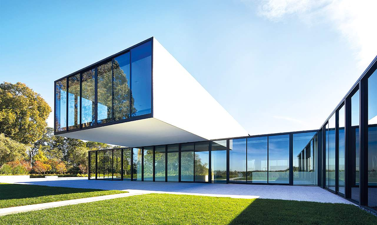 Великі фасадні вікна подовжують консрукцію / Фото HARMONIES