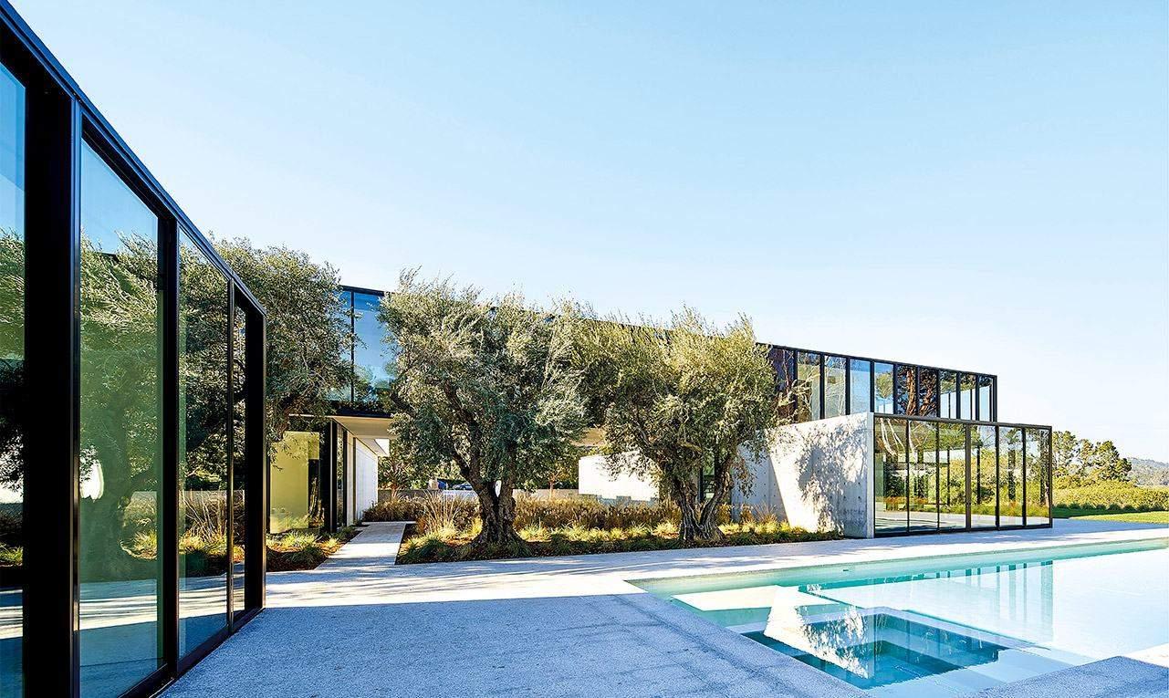... із чудовим виглядом на околиці та басейн / Фото HARMONIES