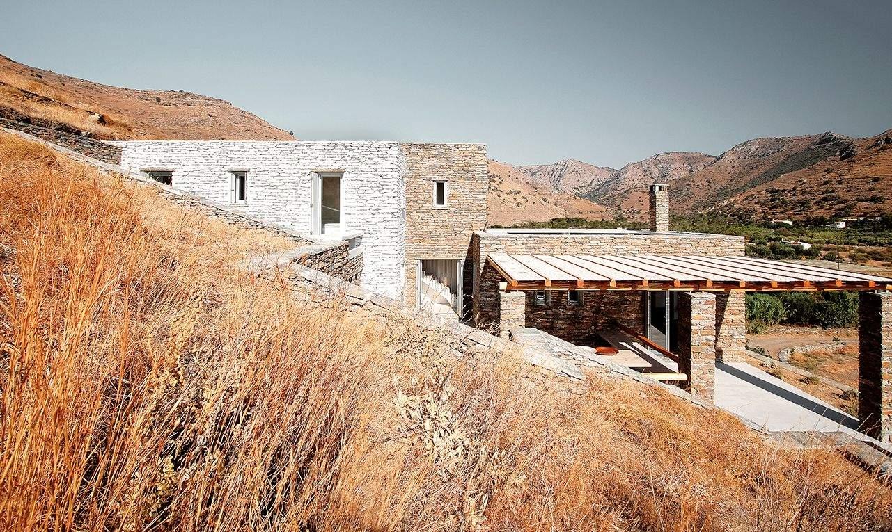 Взаємозв'язок будівлі із пагорбом ще одне чудове дизайнерське рішення / Фото Harmonies Magazine