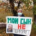 В Крыму родные политзаключенных устроили одиночный пикет: фото
