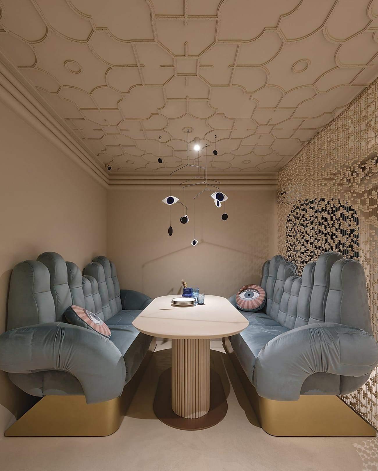 Оригінальні дивани у формі рук