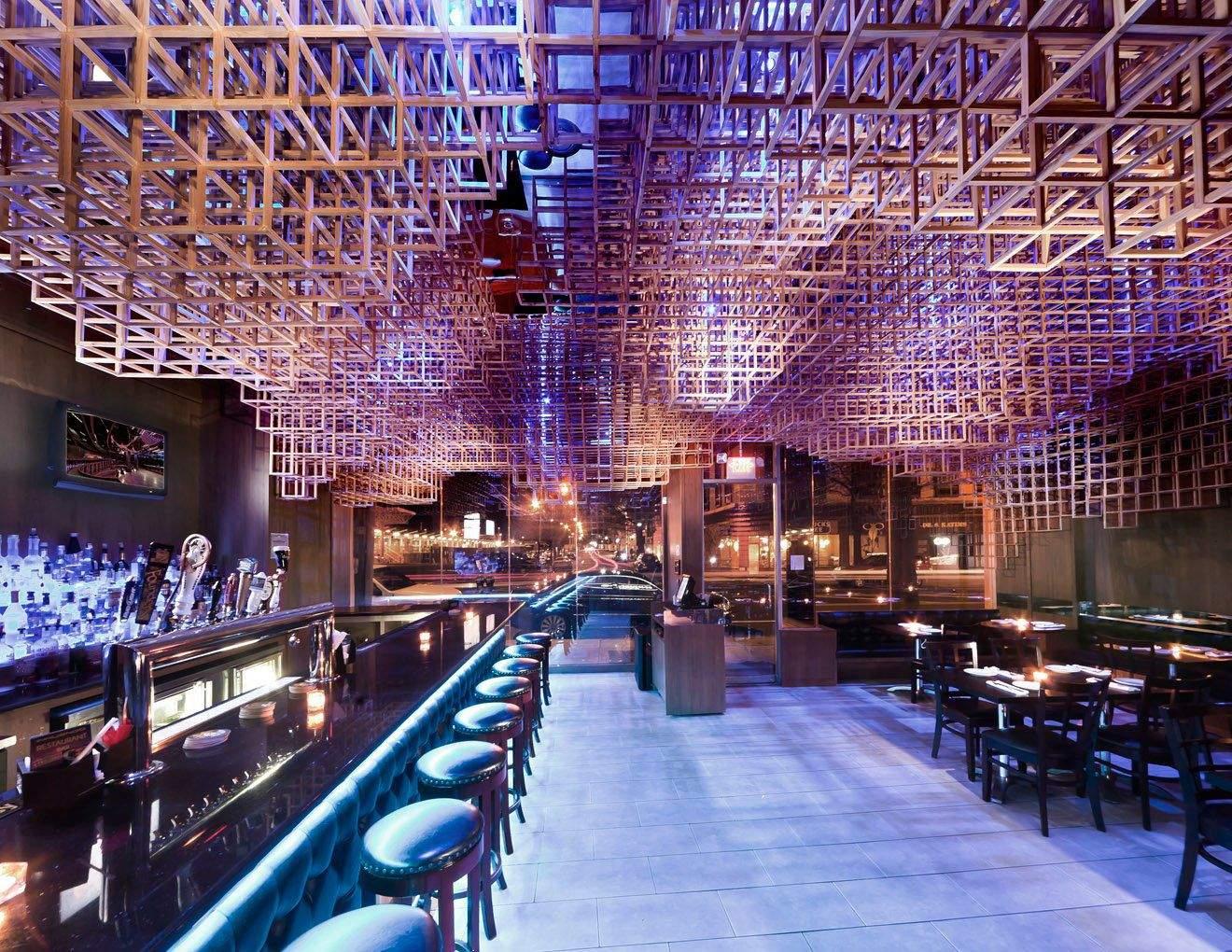 Потолок состоит из геометрических форм