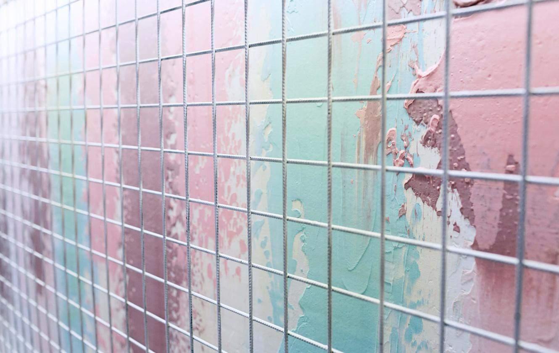 Стены покрыты мазками краски, напоминающие мороженое