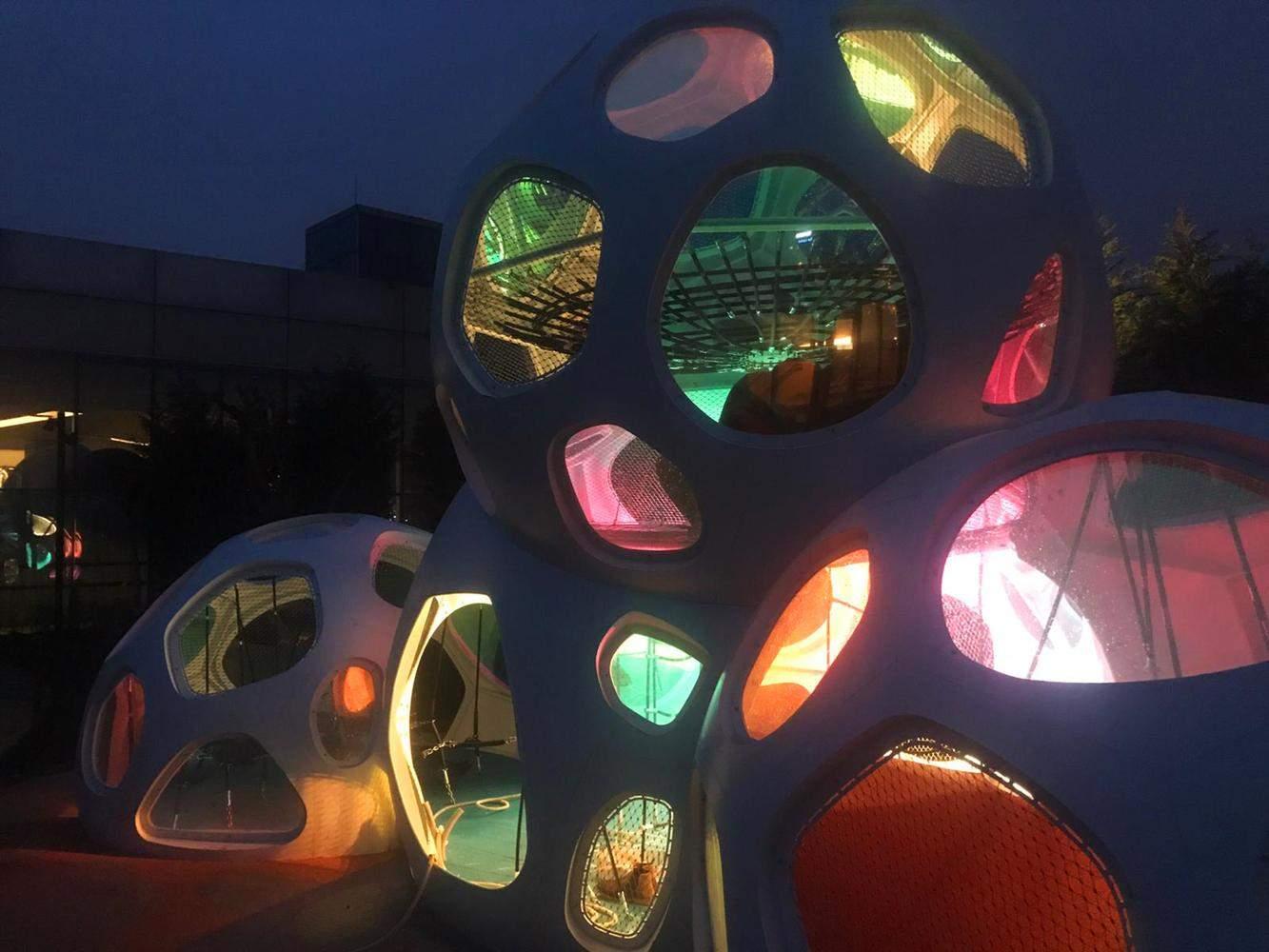 Вечірнє освітлення забезпечує красу та безпеку / Фото Фото: Archdaily.com