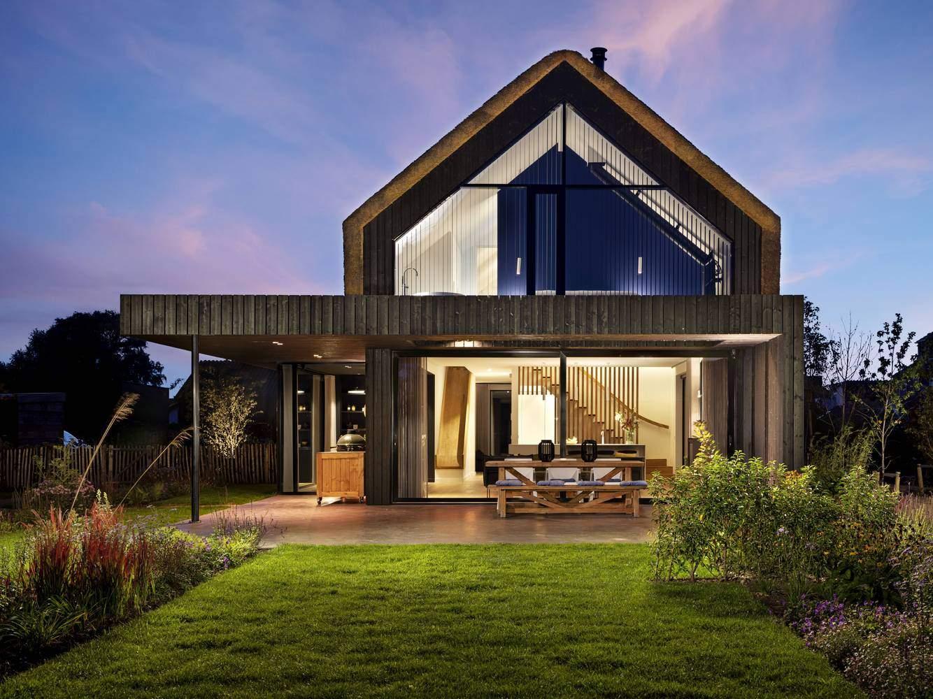 Подовжений дах будинку охоплює веранду / Фото Archdaily