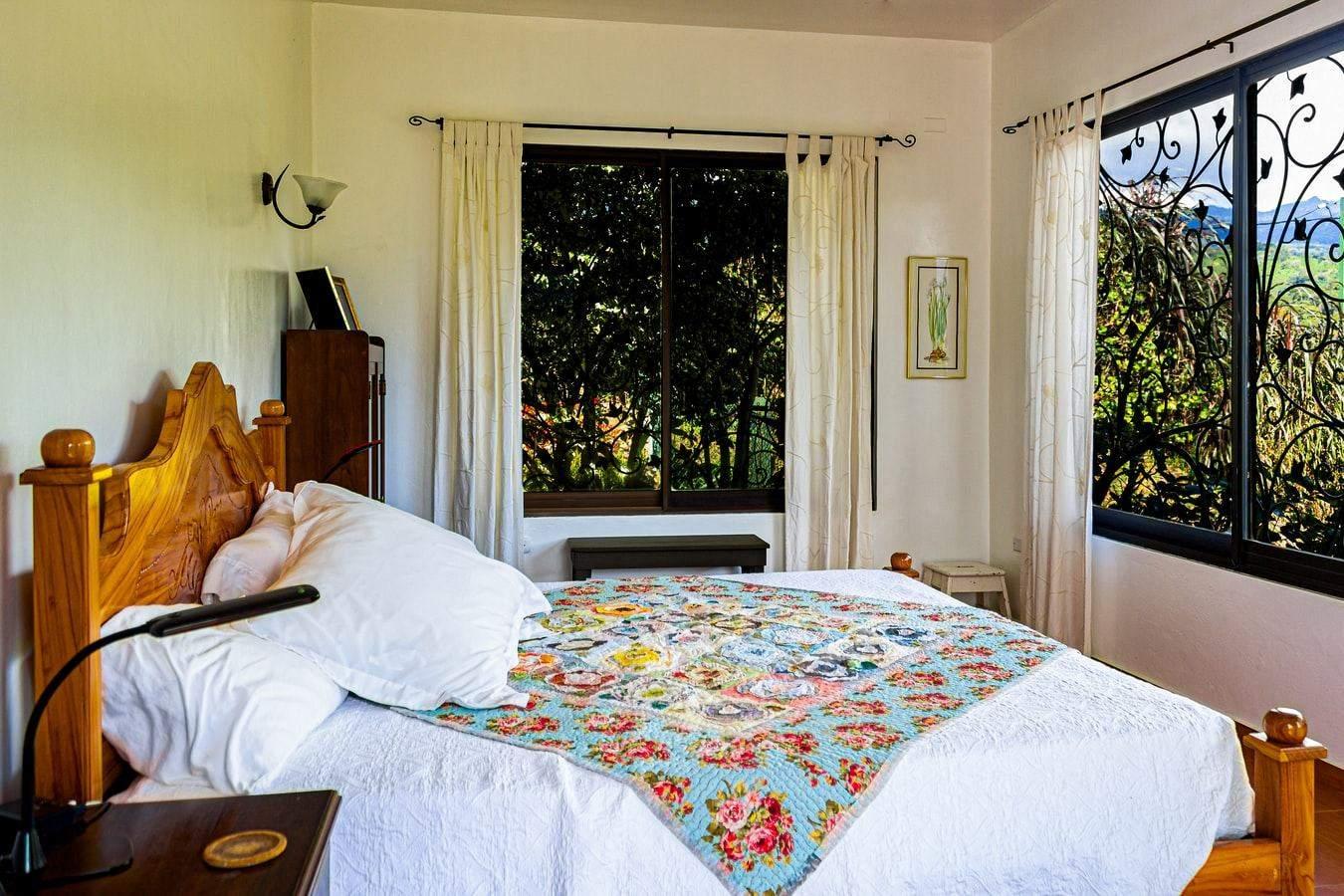 Если у вас небольшая спальня, не перегружайте ее лишними аксессуарами