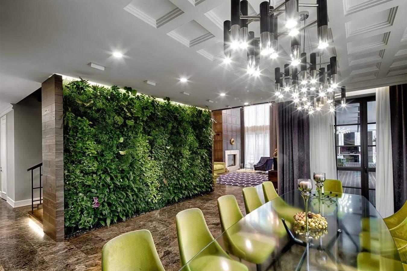 В гостиной создали стену с зеленых растений