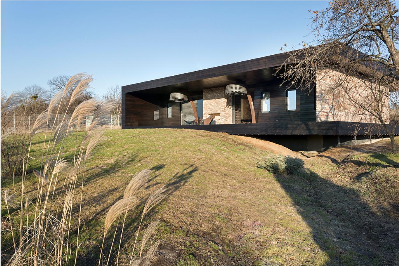 Дом расположен на склонах у озера