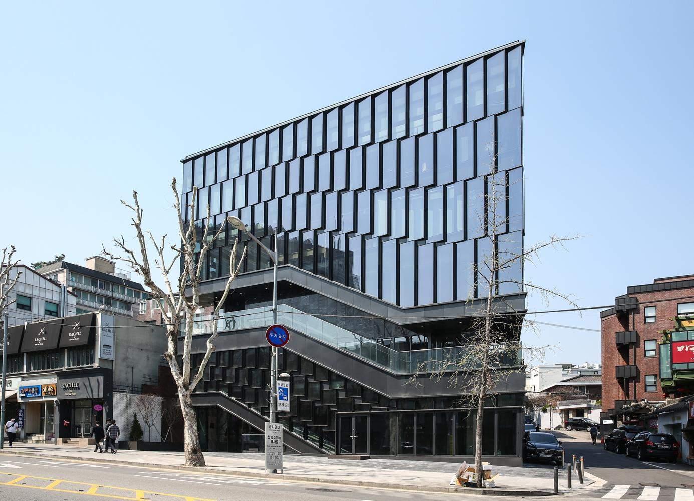 Будівля виділяється на фоні інших / Фото Archdaily
