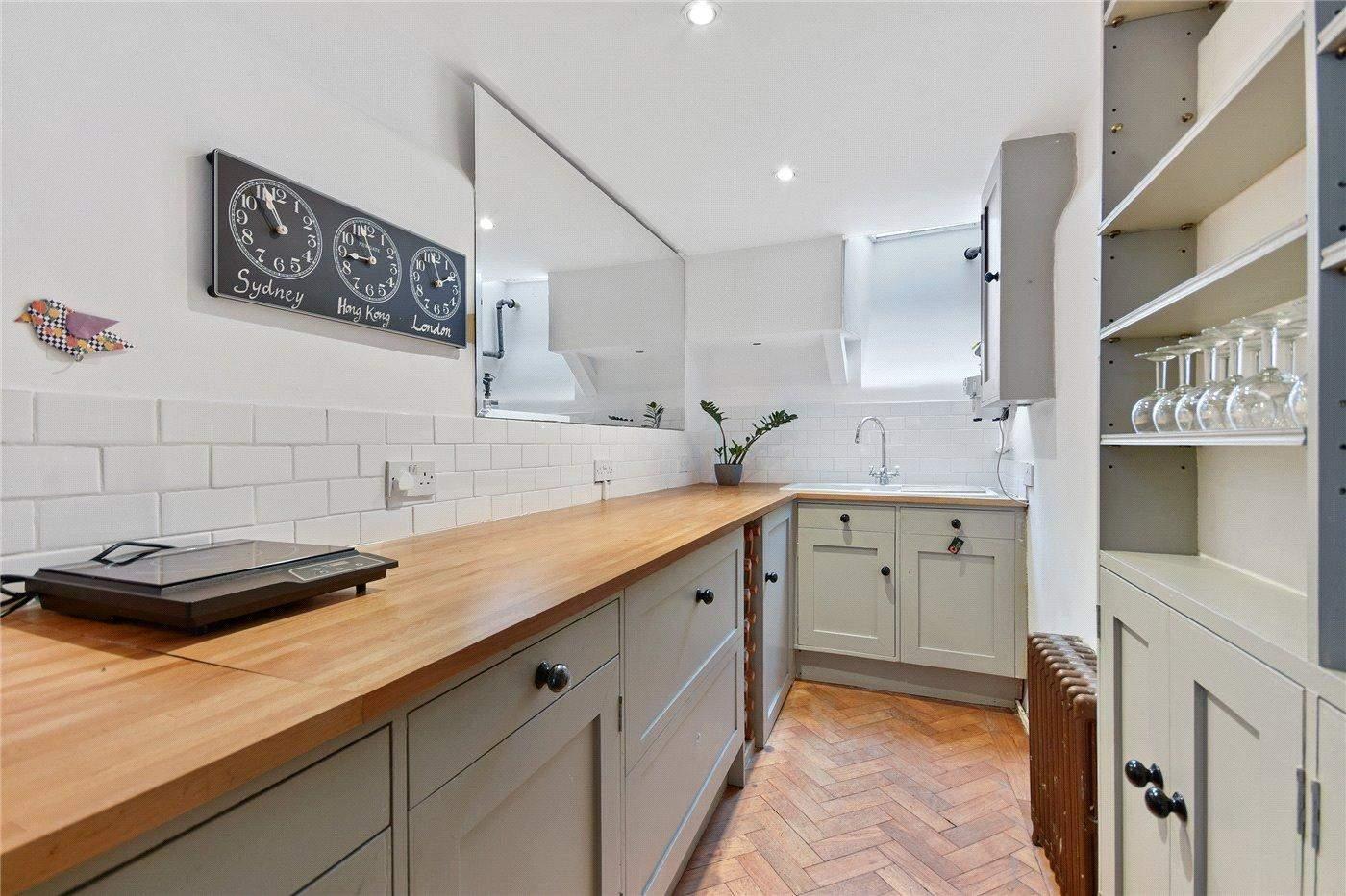 Кухня в міні-будинку виглядає досить просторою
