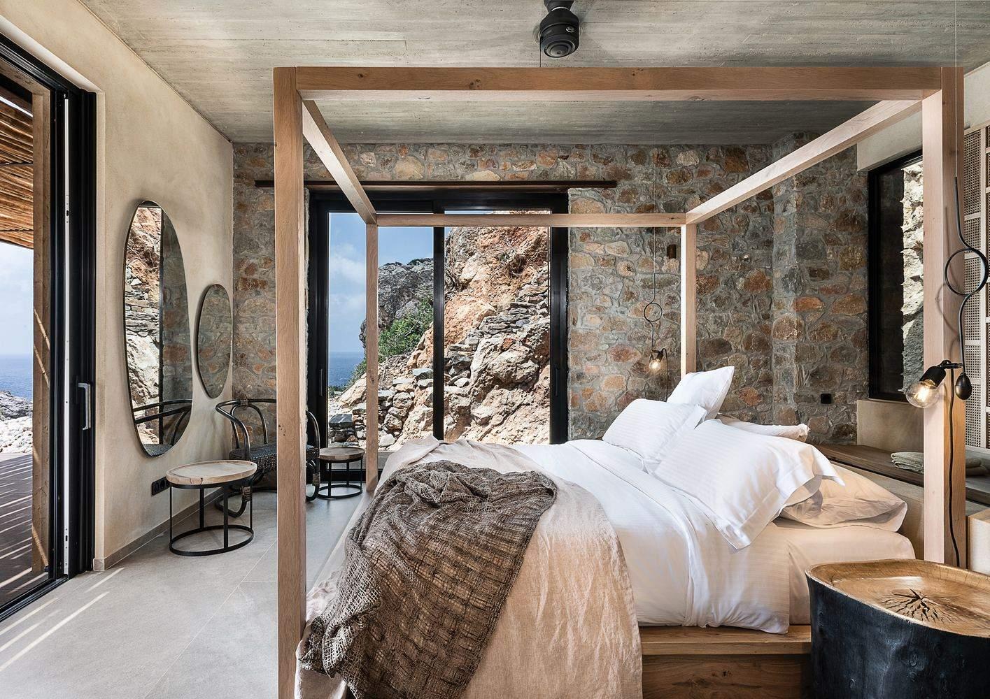 Спальня з каменем