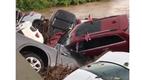 В реку смыло целый автосалон (видео)