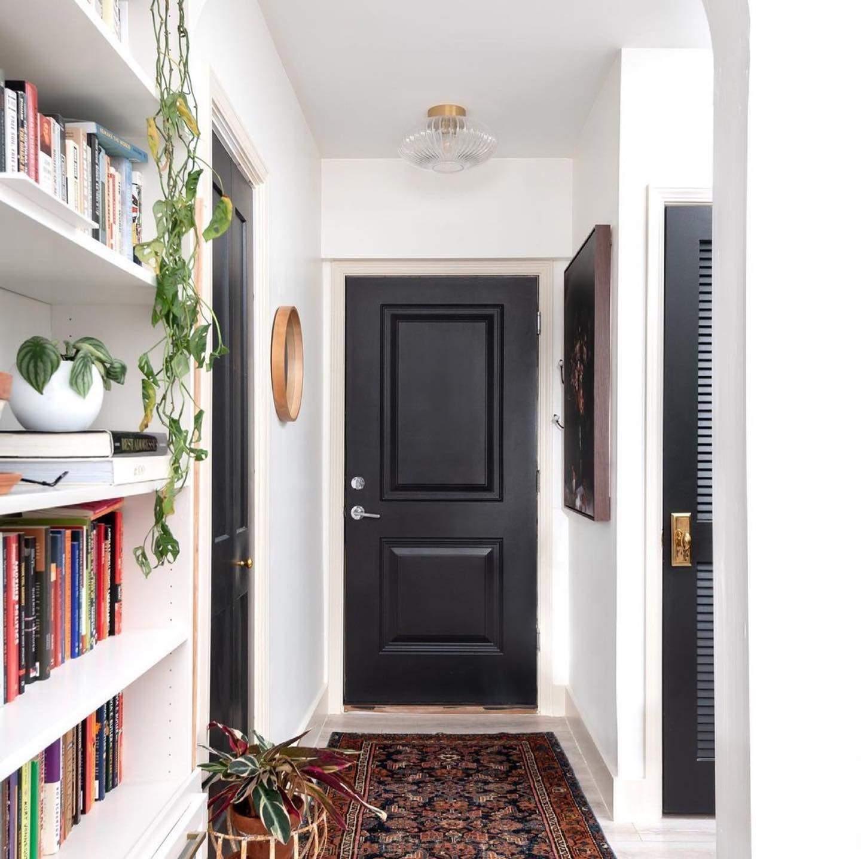 Чорні двері та білі стіни