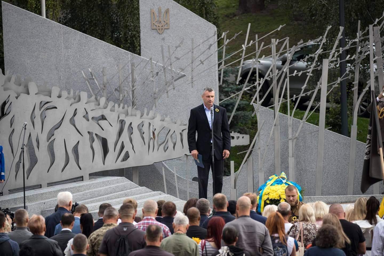 У Києві відкрили Меморіал воїнам, які загинули на війні на Донбасі