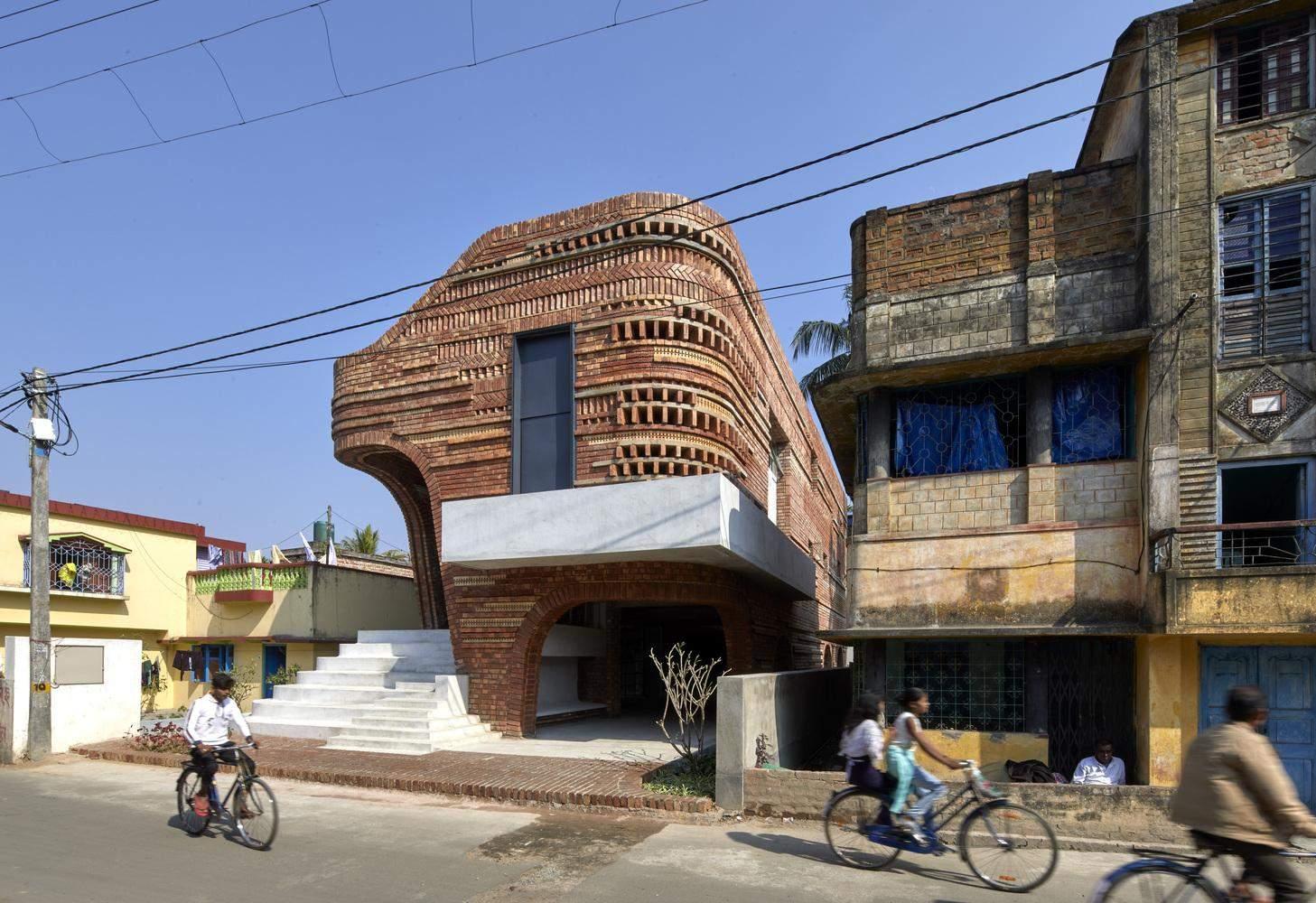 Будівля виділяється у перенаселеному районі / Фото Archdaily