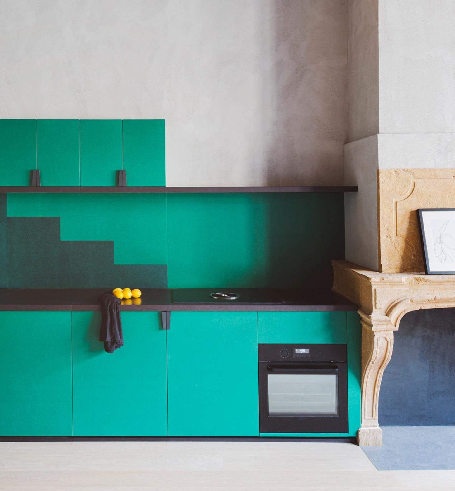 Ступенчатые кухонные шкафы яркого оттенка