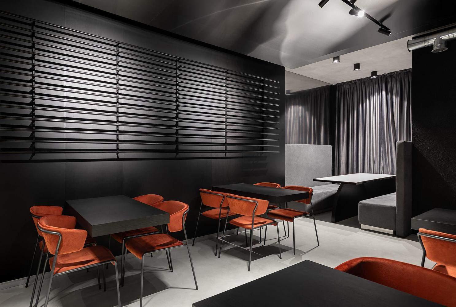 З яскравих кольорів тут тільки обшивка стільців і деякі елементи на барі