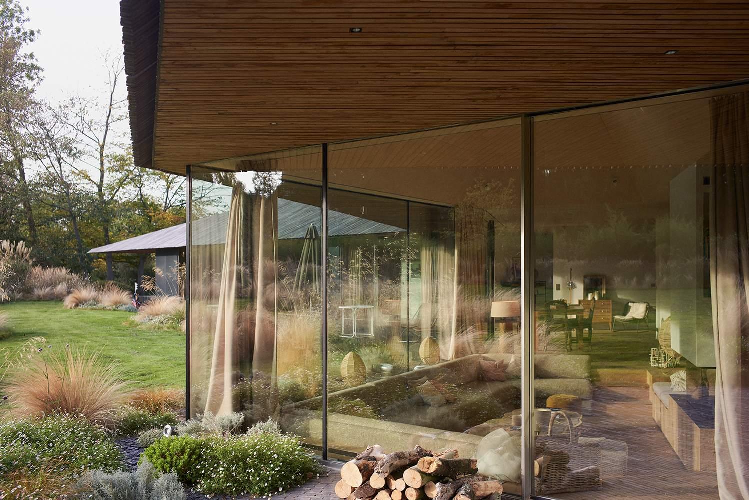 Великі панорамні вікна створюють атмосферу лісу у домі / Фото Archdaily