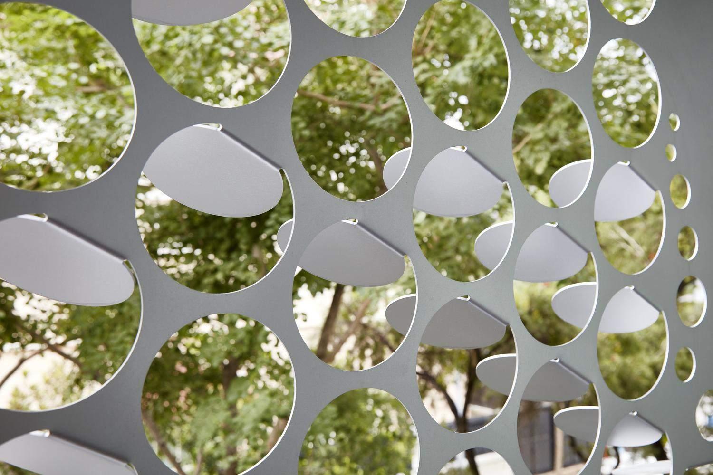 Отвори у фасаді відповідають за вентиляцію / Фото Archdaily