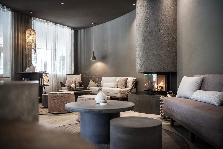 Всередині дому є відпочинкова зона із каміном / Фото Archdaily