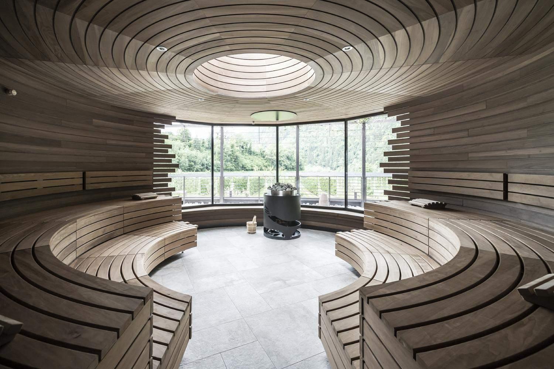 Вхід до комплексу круглої форми та оброблений деревом / Фото Archdaily