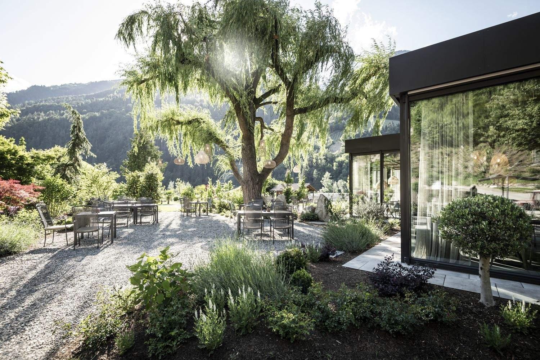 На території житлового комплеку розкішні сади / Фото Archdaily