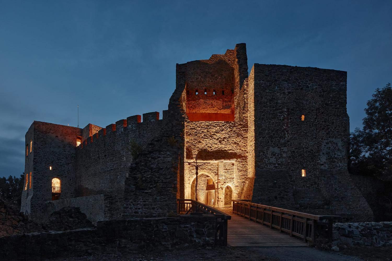 Ввечері замок виглядає загадково / Фото Archdaily