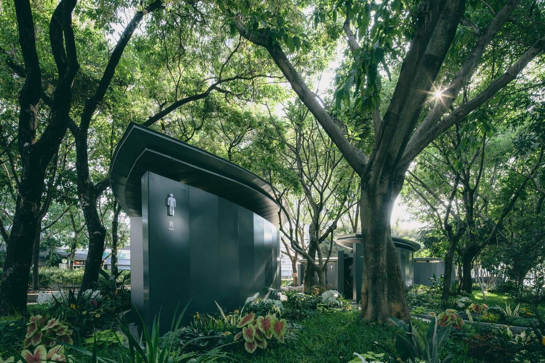 Громадські вбиральні посеред лісу ....