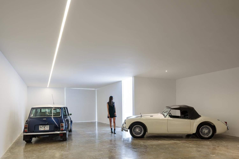 Просторий та сучасний індивідуальний гараж  / Фото ArchDaily