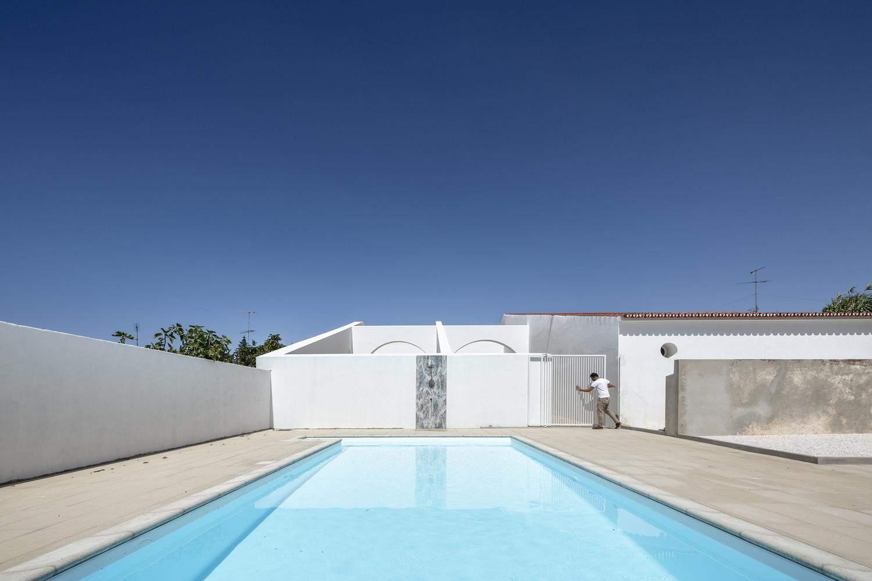 Чудовий басейн у внутрішньому дворику   / Фото Archdaily