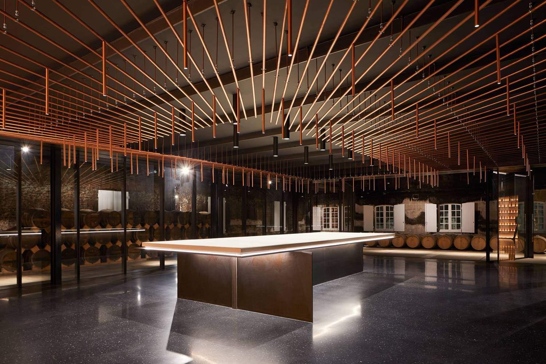 Мідні світильники на стелі підсилюють бурштиновий колір коньяку