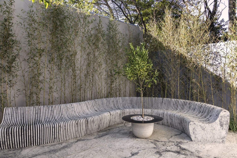 Применение камня для оформления заднего двора