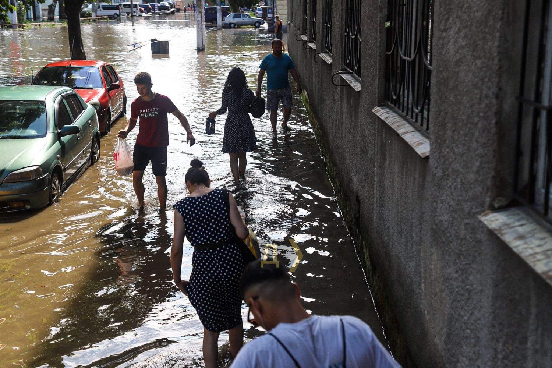 Люди рятуються Наслідки повені Новини Одеси Злива в Одесі 21.07.2021