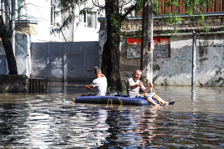 Як рятуються люди Новини Одеси Злива в Одесі 21.07.2021