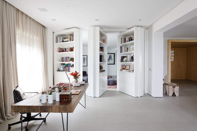 Двері, які виконують функцію домашньої бібліотеки