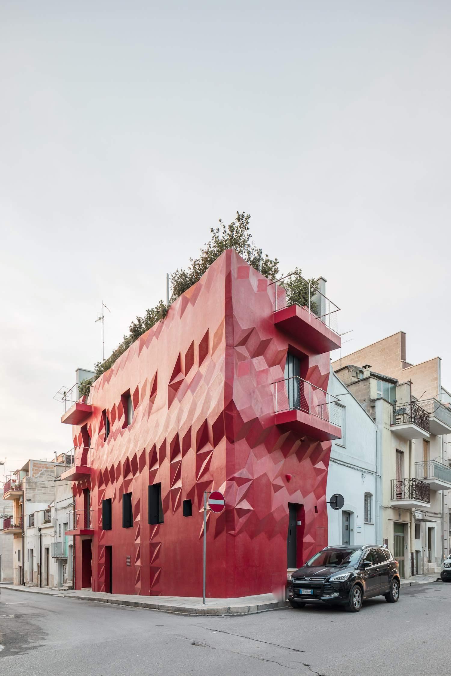 Красный фасад привлекает внимание прохожих