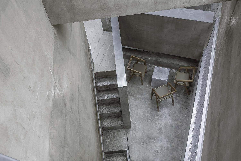 У проході між сходами розташовані столики / Фото Archdaily