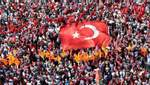 Людське море під турецьким прапором: тисячі людей вийшли на підтримку демократії