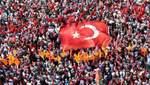 Человеческое море под турецким флагом: тысячи людей вышли в поддержку демократии