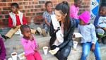 Міс Південна Африка прийшла на зустріч із темношкірими дітьми у рукавичках: розгорівся скандал