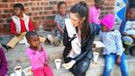 Мисс Южная Африка пришла на встречу с темнокожими детьми в перчатках: разгорелся скандал