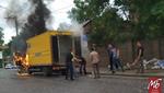 """Вантажівка """"Укрпошти"""" спалахнула в центрі Чернівців: з'явились фото і відео"""