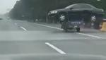 Китаєць віз на мотоциклі автомобіль і отримав за це штраф