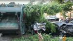 Мусоровоз превратил в хлам 9 автомобилей и повредил дом (видео)