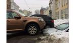 В Україні тане сніг: після відлиги у заметі знайшли машину, на яку ставили інші автівки