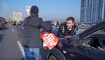 Автомобіль-порушник знову прокатав активіста на капоті: відео