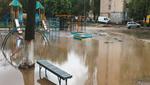 У Києві прорвало трубу з гарячою водою, одна машина провалилася під асфальт: відео