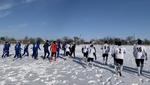 Снега по колено: украинские клубы сыграли необычный матч на заснеженном поле – фото