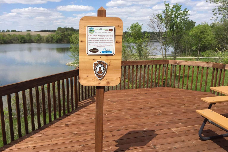 Приклад селфі-станції біля озера